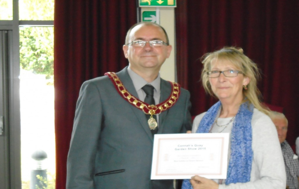 Therese Denis receives the Flower Section winning certificate from Vice- Chair Cllr White